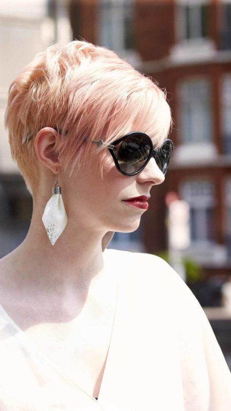Mutige und schöne androgyne Frisur