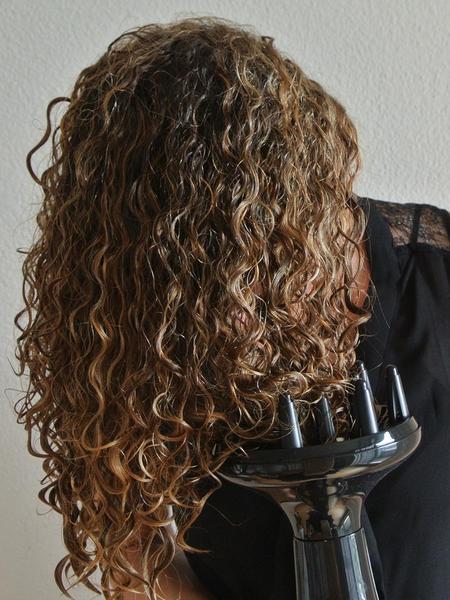 Föhnen Sie Ihre Haare kopfüber