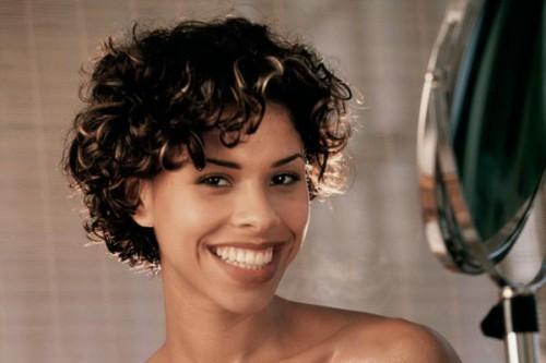 Abgeschlossene Bob-Haarschnitte für schwarze Frauen vorbei