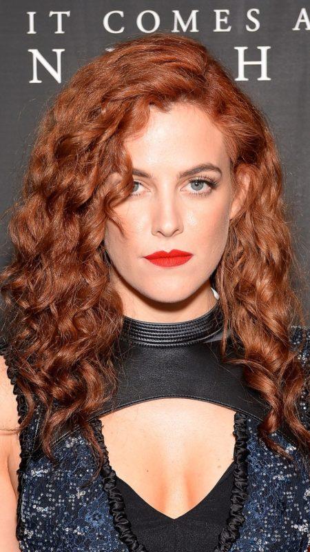 Auburn Haarfarbe und enge Locken