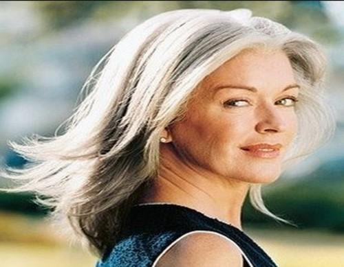 Lange geschichtete Frisur für ältere Frauen