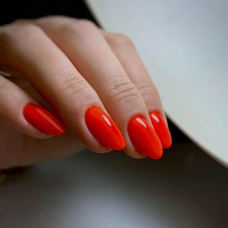 Nail trends winter 2020: red nail polish
