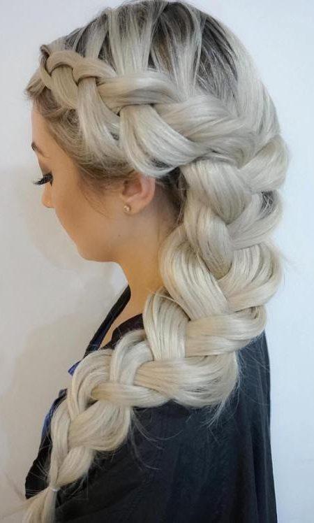 Gerade blasse und geflochtene Frisur