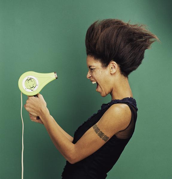 Treffen Sie Vorsichtsmaßnahmen beim Föhnen der Haare
