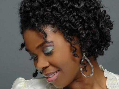 Verblüffende lockige Frisuren für schwarze Frauen