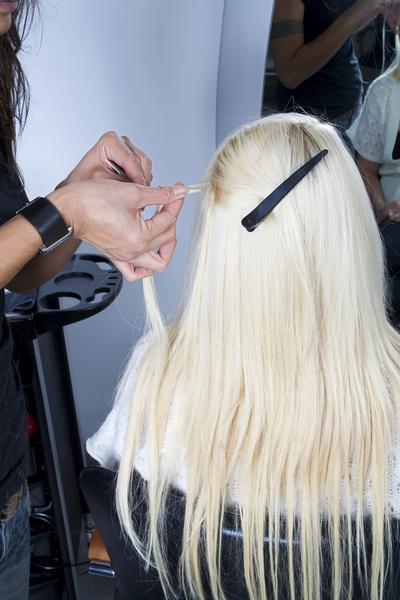 Haarverlängerungen installieren