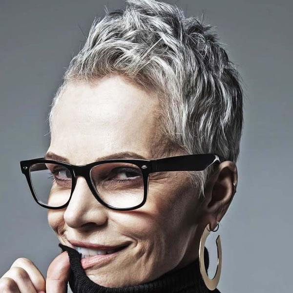 Kurze Haarschnitte für ältere Frauen in den Jahren 2021-2022