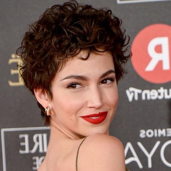 Curly Kurzhaarschnitte für Frauen in den Jahren 2021-2022