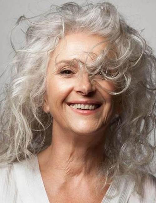 Lange Frisuren für ältere Frauen über 60 in den Jahren 2021-2022
