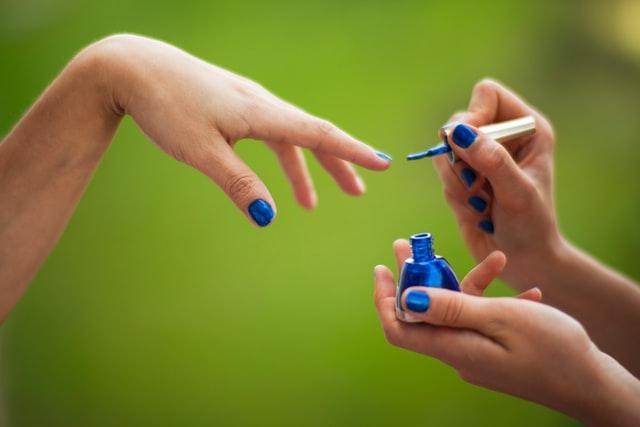 Atemberaubende blaue Nageldesigns für einen mutigen und schönen Look