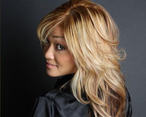 Langes blondes Haar Bräunlich getönt Schwere Schichten für