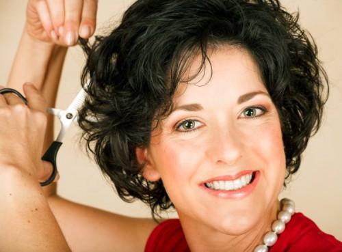 Kurze lockige Frisuren für Frauen über