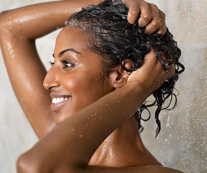 Haare waschen für schützende Frisuren
