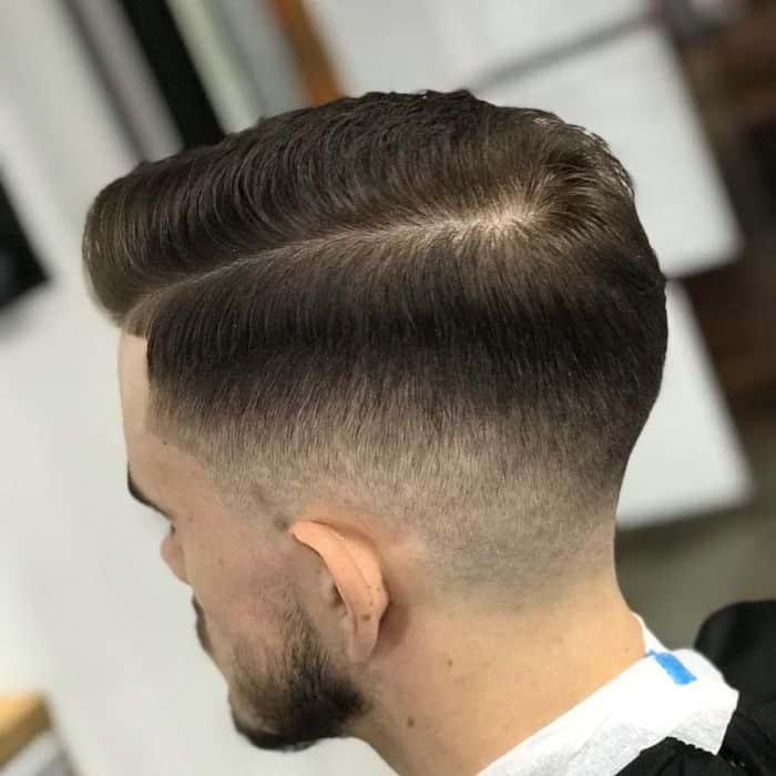 Konischer Haarschnitt mit Seitenteil