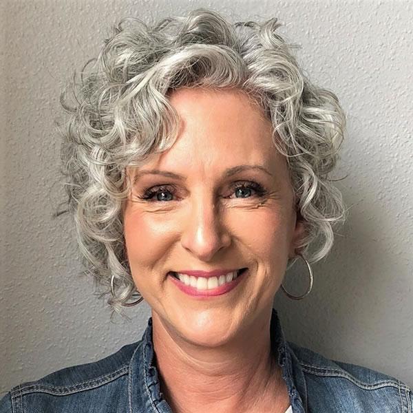 Lockige Haarschnitte für Frauen über 50 in den Jahren 2021-2022