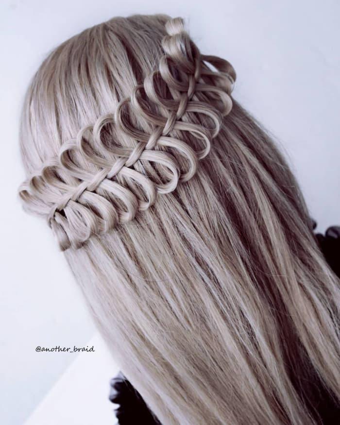 Geflochtene Krone auf mittelglattem Haar