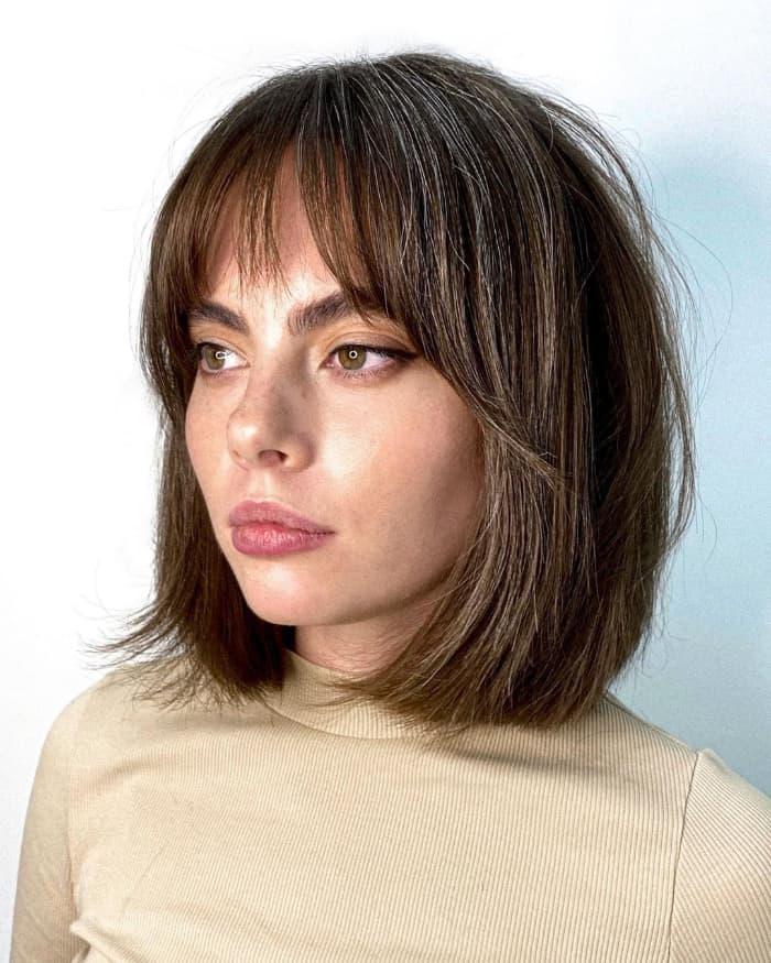 Mittlerer Haarschnitt mit langen Seitenknallen