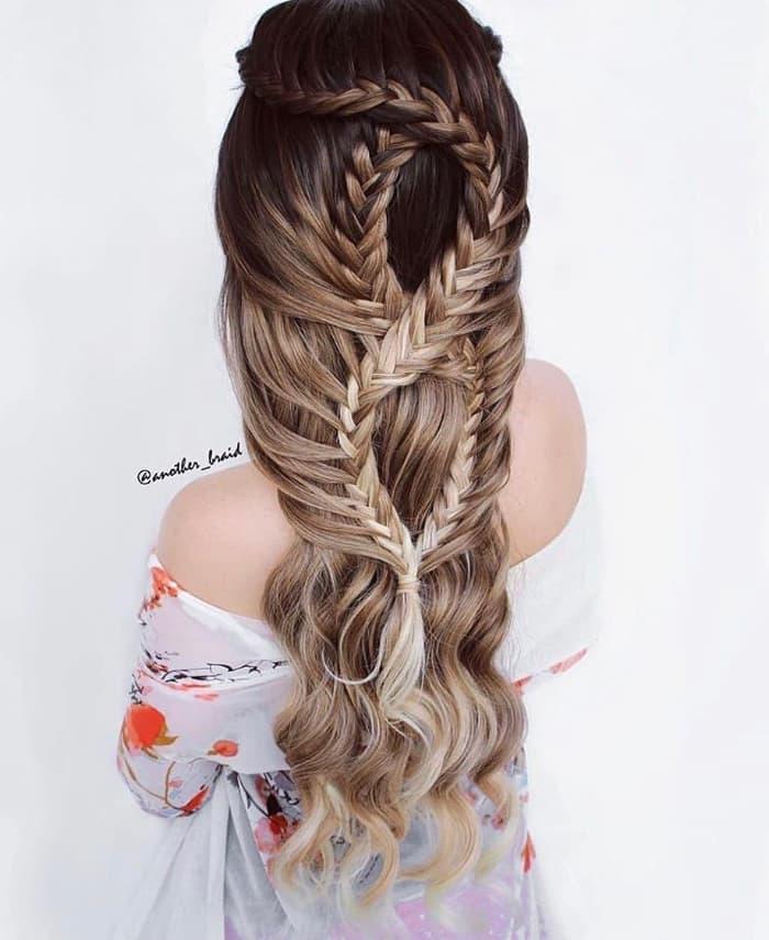 Welliges Haar mit geflochtener Krone