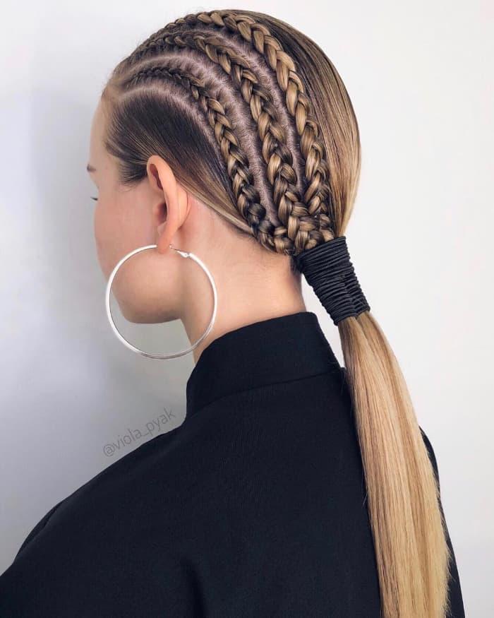 Drehungen und Cornrows für glattes Haar