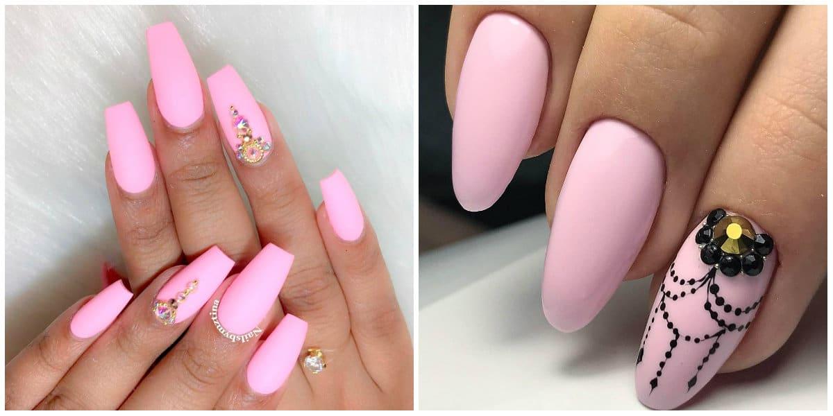 Pink Nails 2021: Pinkes Nageldesign auf langen Nägeln mit Strasssteinen