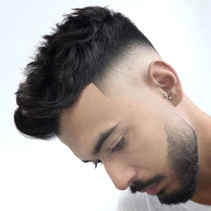 Kurzer unordentlicher strukturierter Haarschnitt