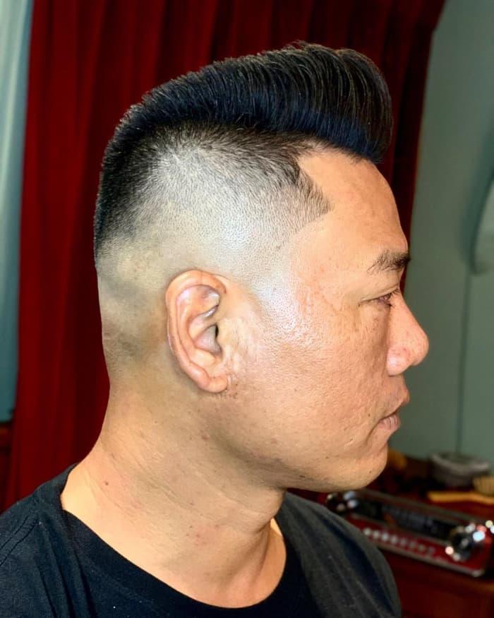 Hohe Haut verblassen mit dickem, gebürstetem Haar