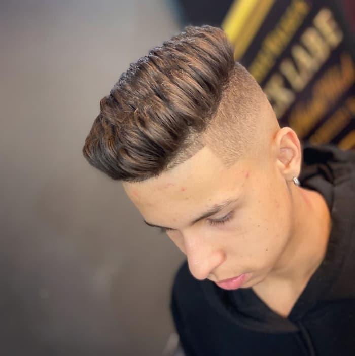Mittellanges Haar aufbürsten