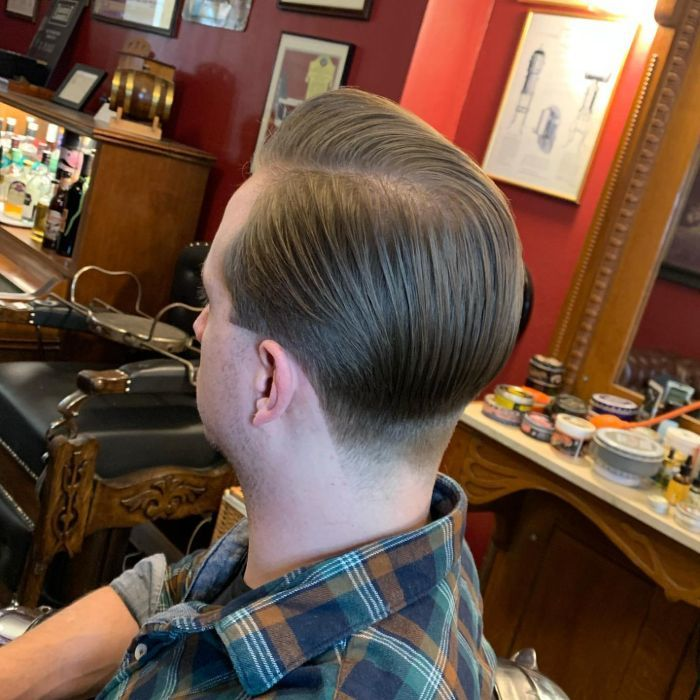 Mittel gefegte Frisur