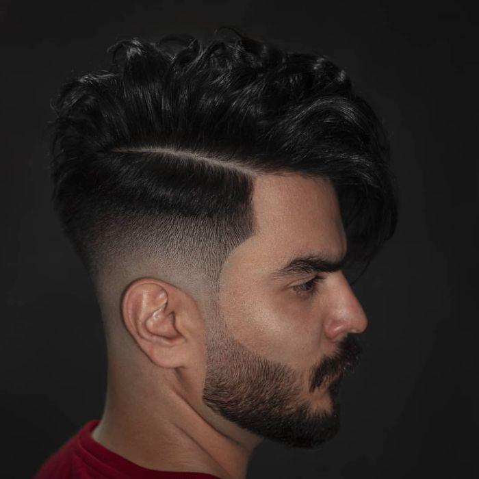 Chaotischer mittellanger Haarschnitt mit Bart