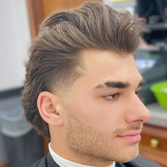 Cooler Under-Hawk mit mittlerem Haar an der Spitze