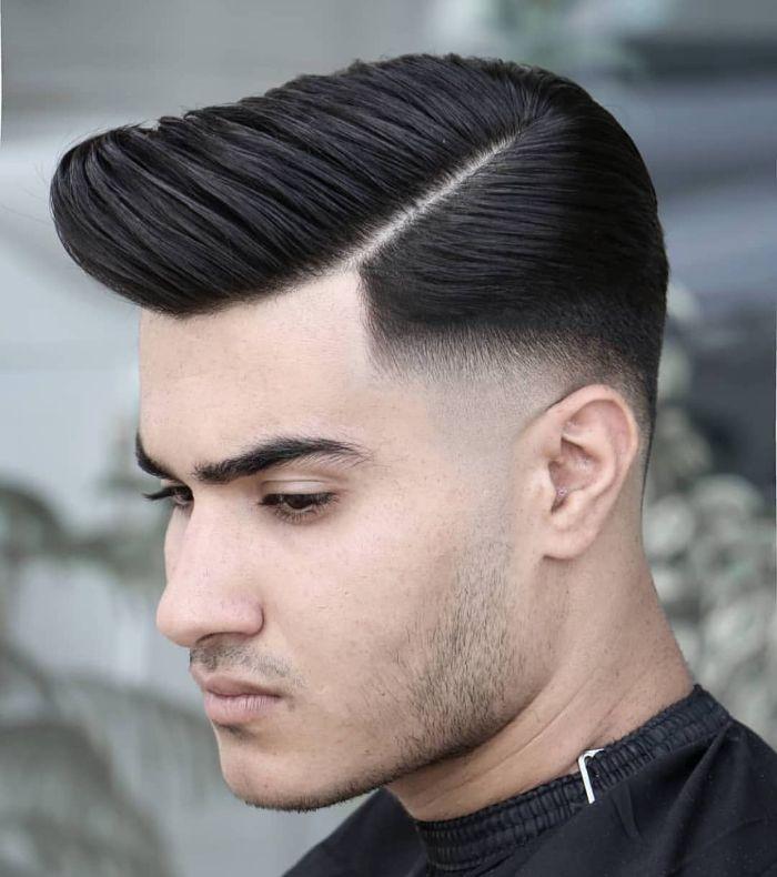 Low Bald Fade mit Comb Over und Hard Part