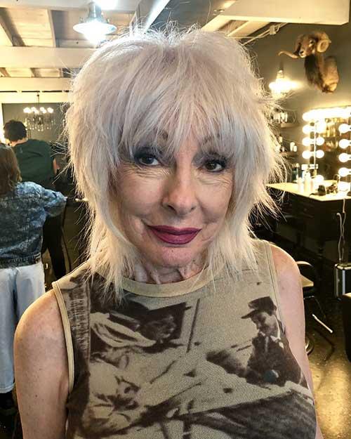 Kurze Haarschnitte für Frauen über 60 mit feinem Haar