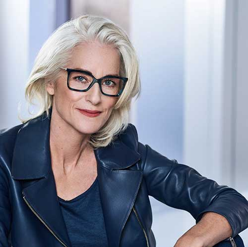Kurze Frisuren für über 60 mit Brille