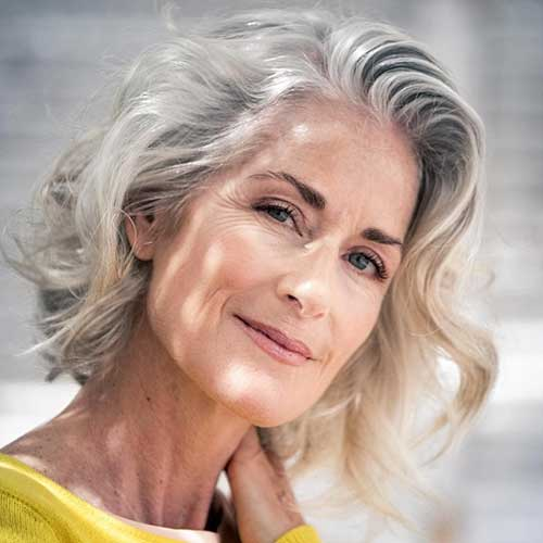 Kurze geschichtete Frisuren für feines Haar über 60