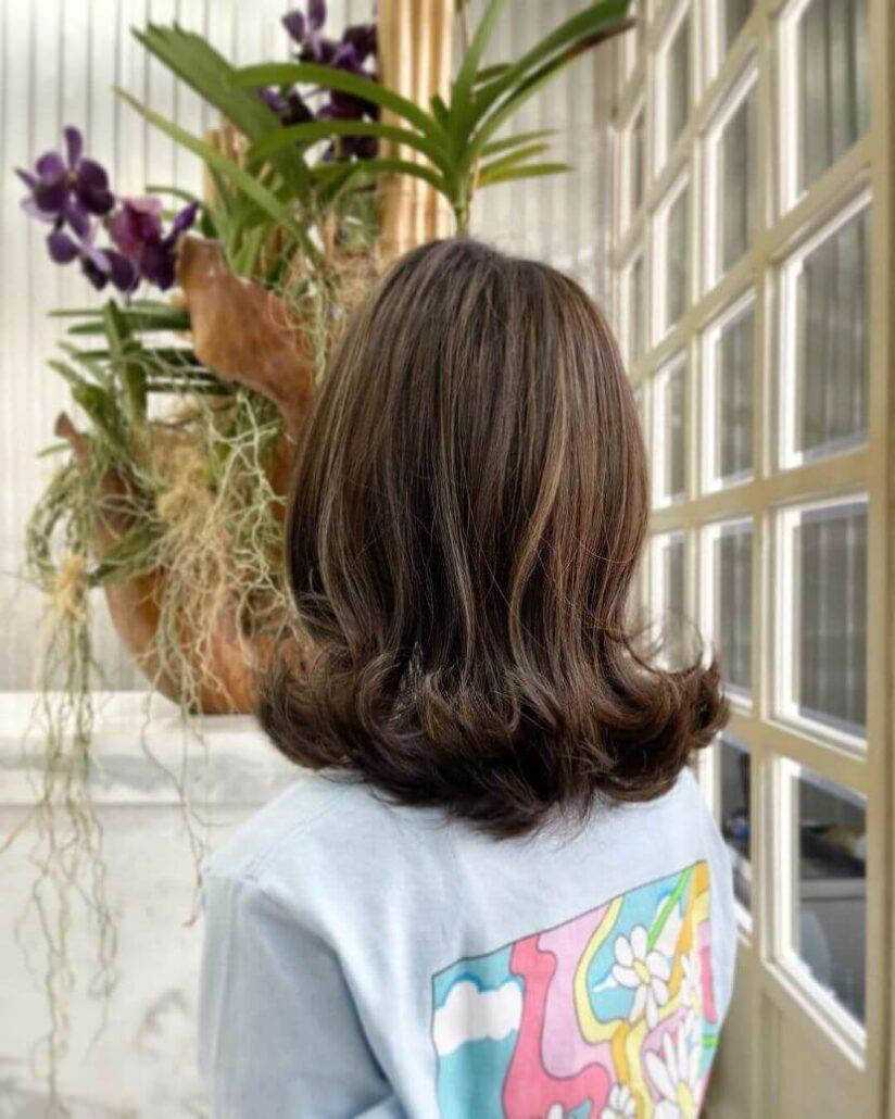 Schulterlanges Haar mit nach außen gerichteten Locken