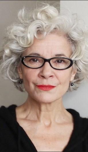 Kurze Frisuren für graues Haar mit Brille