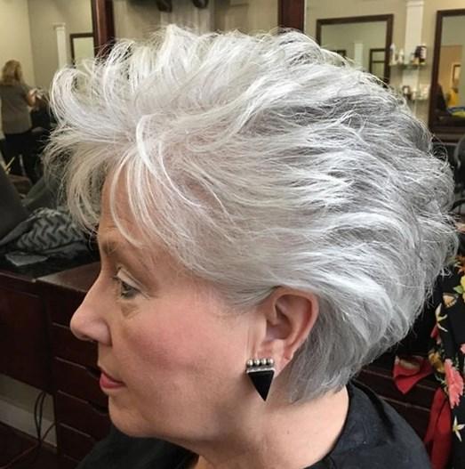 Graue Frisuren für ältere Damen