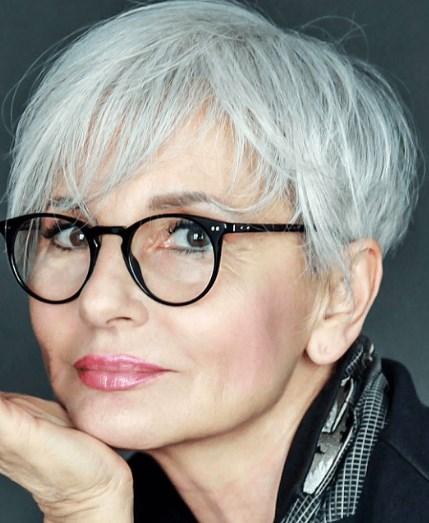 Kurze graue Frisuren für Brillenträger