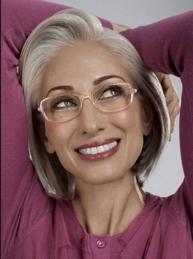 Kurze graue Frisuren mit Brille