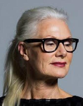 Lange Frisuren für graues Haar mit Brille