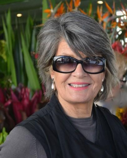 Frisur für graues Haar und Brille