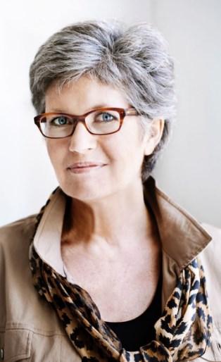 Haarschnitte für graues Haar und Brille