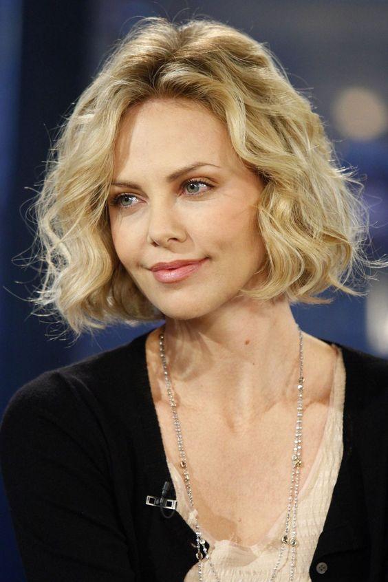 geschichtete-kurze-Frisuren-für-natürlich-lockiges-Haar-über-60