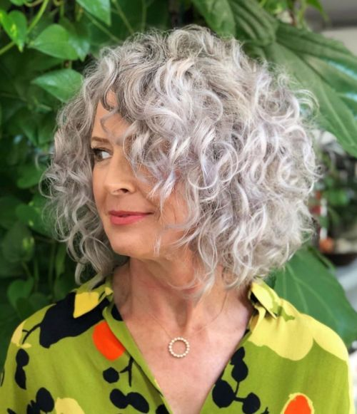 Mittlere Frisuren für natürlich gewelltes Haar über 60