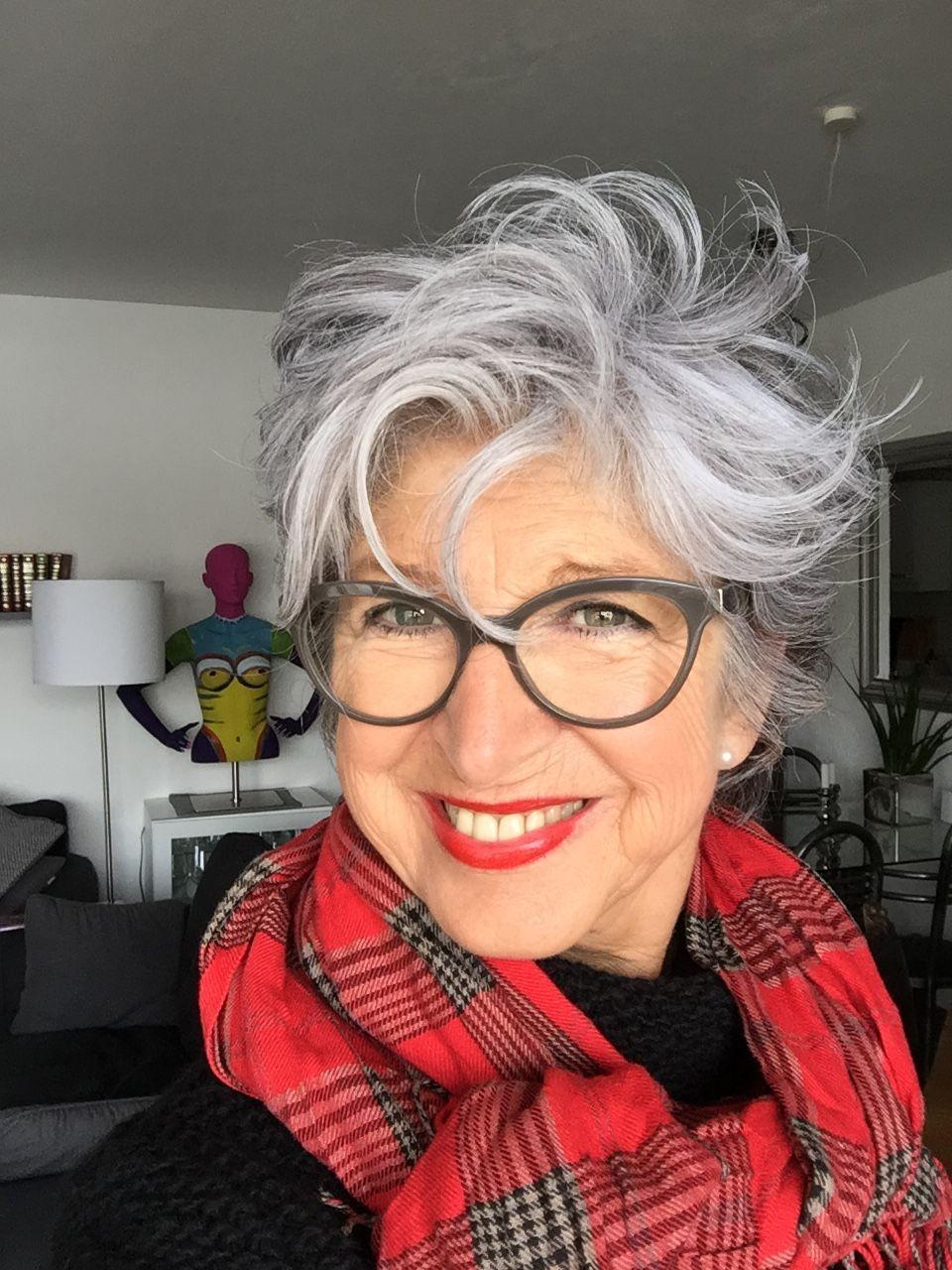 Frisuren für über 50-Jährige mit Brille