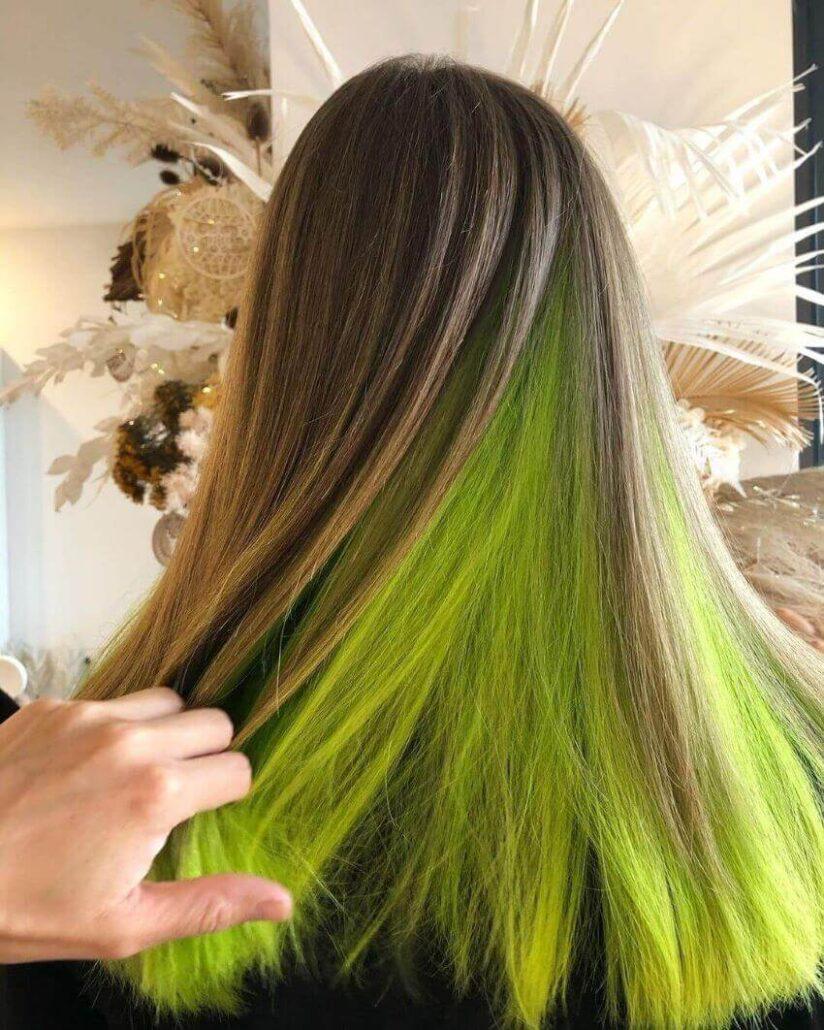 Lange offene Frisur mit grünem Schimmer