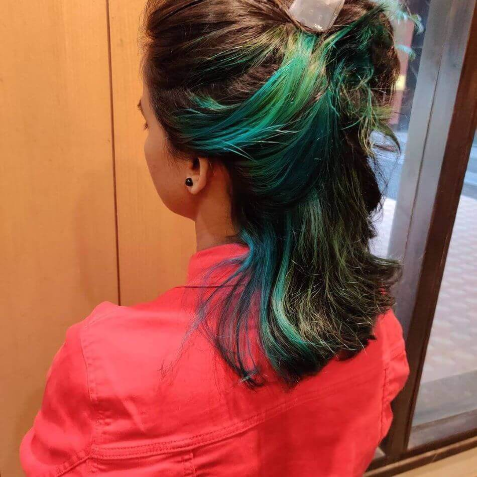 Kurzes gekämmtes Rückenhaar mit grünem Farbstoff
