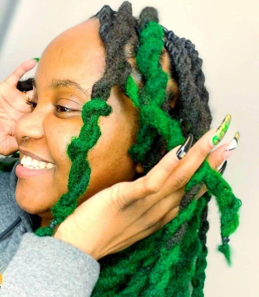 Grüne gedrehte Zöpfe für verworrenes Haar