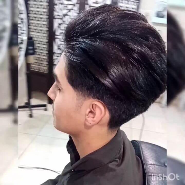 Gestuftes, nach hinten geschobenes Haar mit Temple Fade