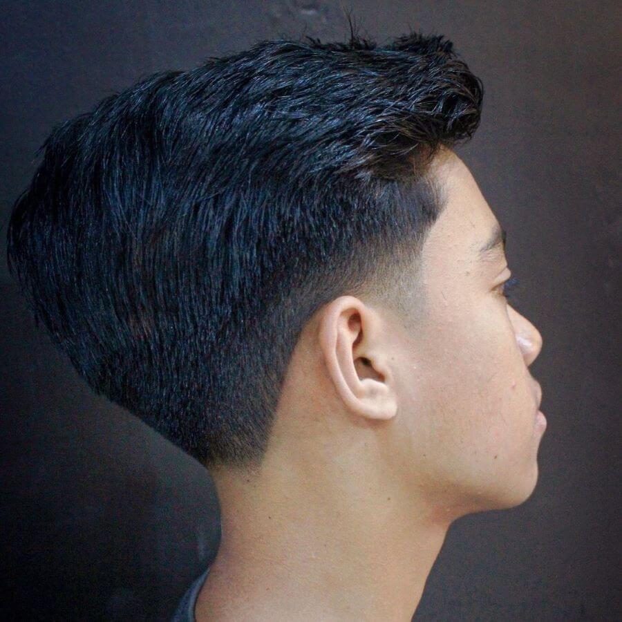 Aufgebürstete Frisur mit geschichtetem Taper